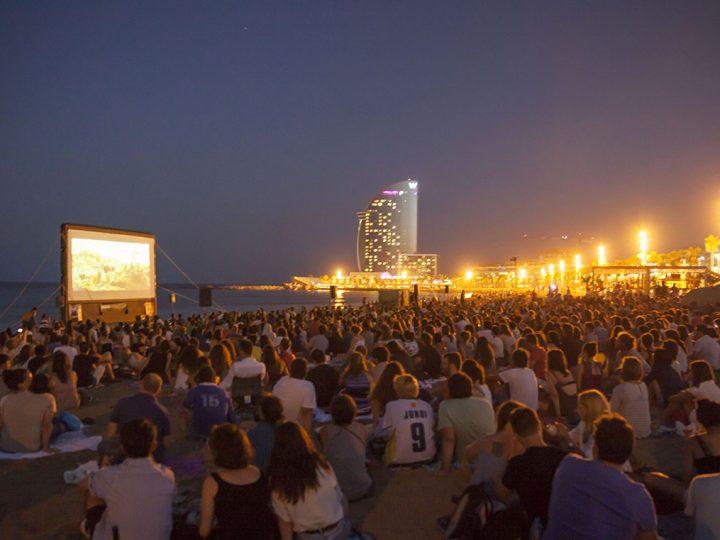 La platja de Sant Sebastià acull la 5a edició de Cinema lliure
