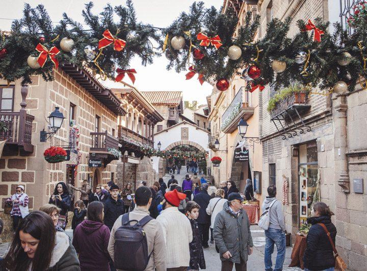 El Poble Espanyol rep la visita del Pare Noel i dels Reis Mags