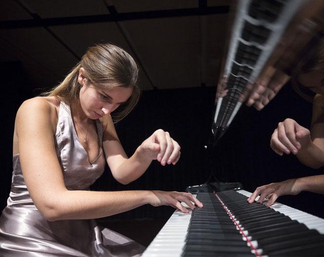 Marta Puig i el seu piano a l'Auditori de Sant Martí