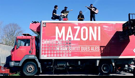 """Mazoni s'enfila a un camió per tocar """"M'han sortit dues ales"""""""